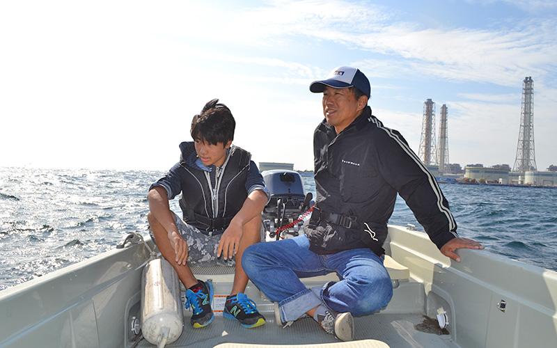 高橋さん親子は、神奈川県の海で錨泊して釣りを楽しんでいたところ、 他のプレジャーボートにより衝突されました。 船は転覆し、船から投げ出された2人。 しかし、大きなケガはなく、ライフジャケットを着ていて助かったといいます。  当時の様子や、ライフジャケットを着る理由などについてお話を伺いました。