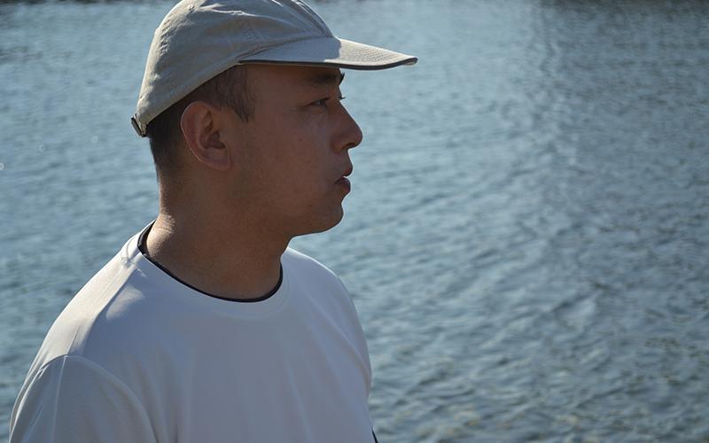 襷(タスキ)ライフジャケットで助かった。神奈川県の海でひとり釣りを楽しみに、手こぎボートに乗っていた和田さん。購入してはじめて着たライフジャケット(当時は固型式)によって助かったといいます。WEBサイト『こどもパパ』さんの協力も得て、このインタヴューは実現しました。和田さんに当時の状況や、落水してから船に戻るまでの話を伺いました。