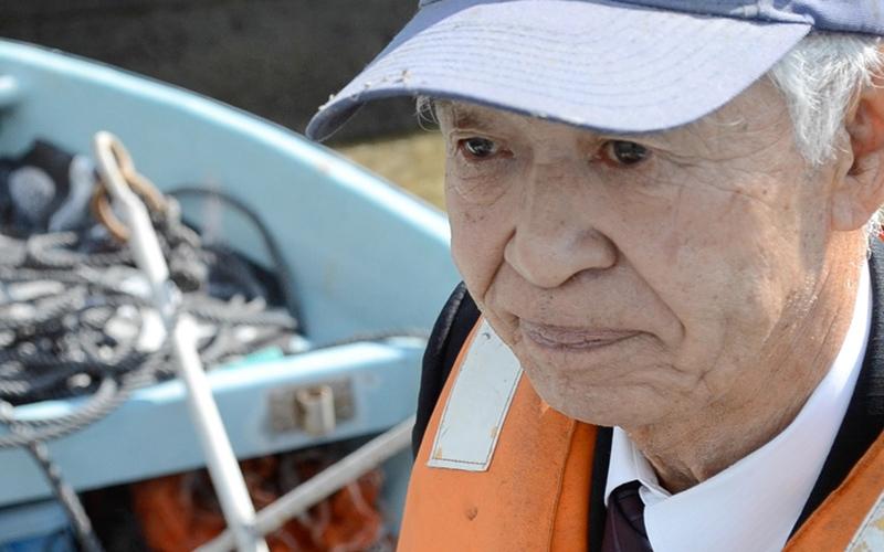 襷(タスキ)ライフジャケットで助かった。山と海に囲まれた坂の町、広島の尾道にある浦島漁港では、 2010年にライフジャケットによって2人のいのちが助かりました。ライフジャケットを着ていた背景には、ライフガードレディース(LGL)の活躍もあり、下見さんと吉岡さんにそれぞれ別の船で起きた落水時の体験を伺いました。