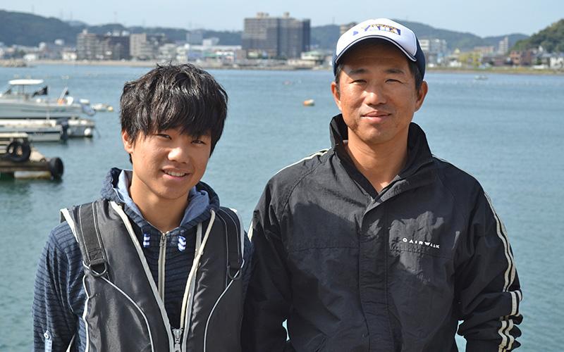襷(タスキ)ライフジャケットで助かった。高橋さん親子は、神奈川県の海で錨泊して釣りを楽しんでいたところ、 他のプレジャーボートにより衝突されました。 船は転覆し、船から投げ出された2人。 しかし、大きなケガはなく、ライフジャケットを着ていて助かったといいます。  当時の様子や、ライフジャケットを着る理由などについてお話を伺いました。
